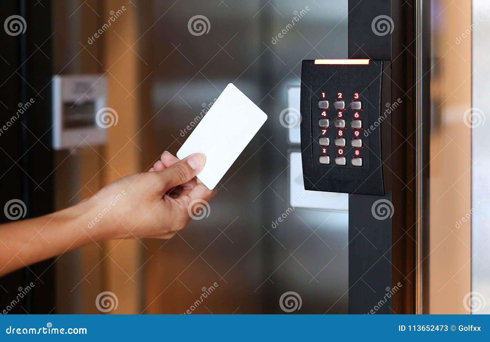 Ung kvinna som rymmer ett nyckel- kort för att låsa och låsa dörren upp