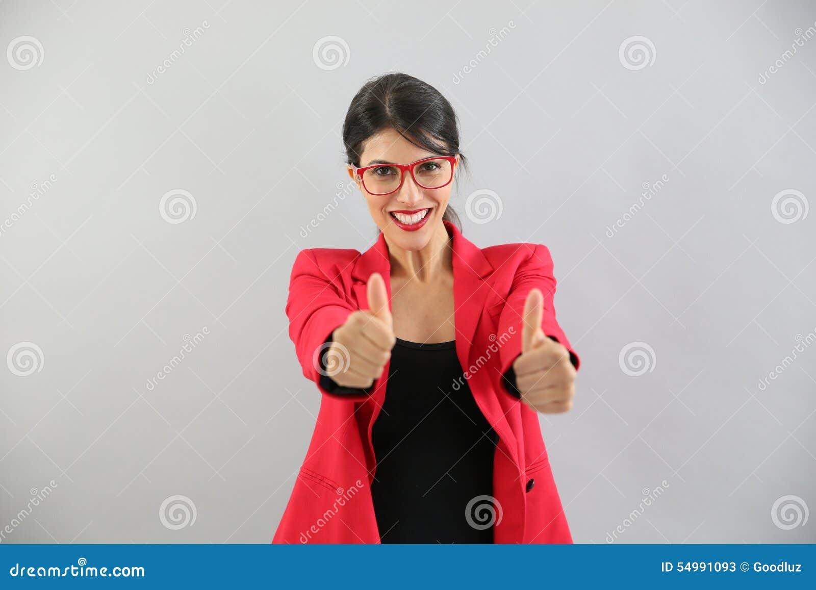 Ung kvinna som sätter upp tummar