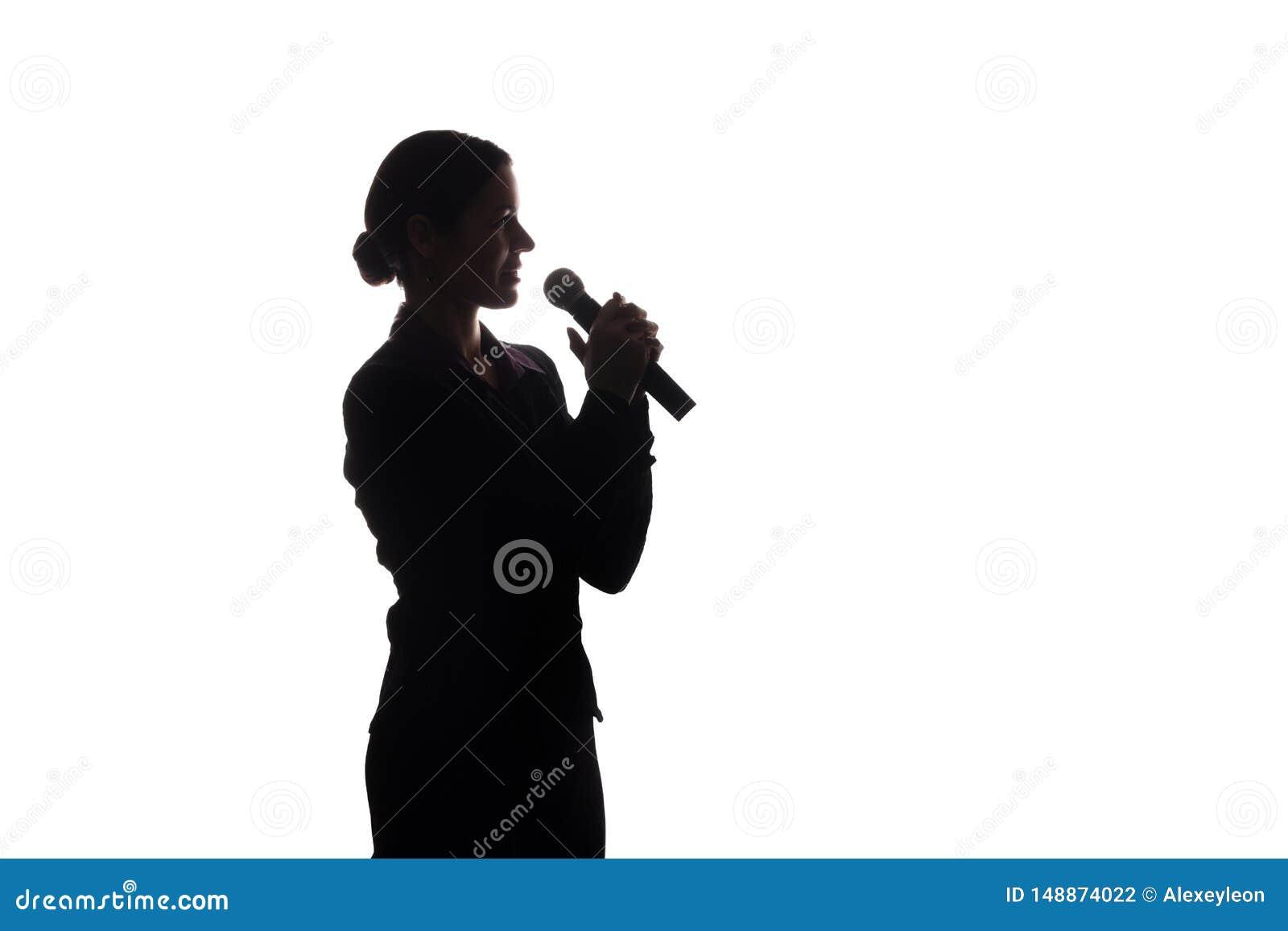 Ung kvinna som sjunger in i mikrofonen