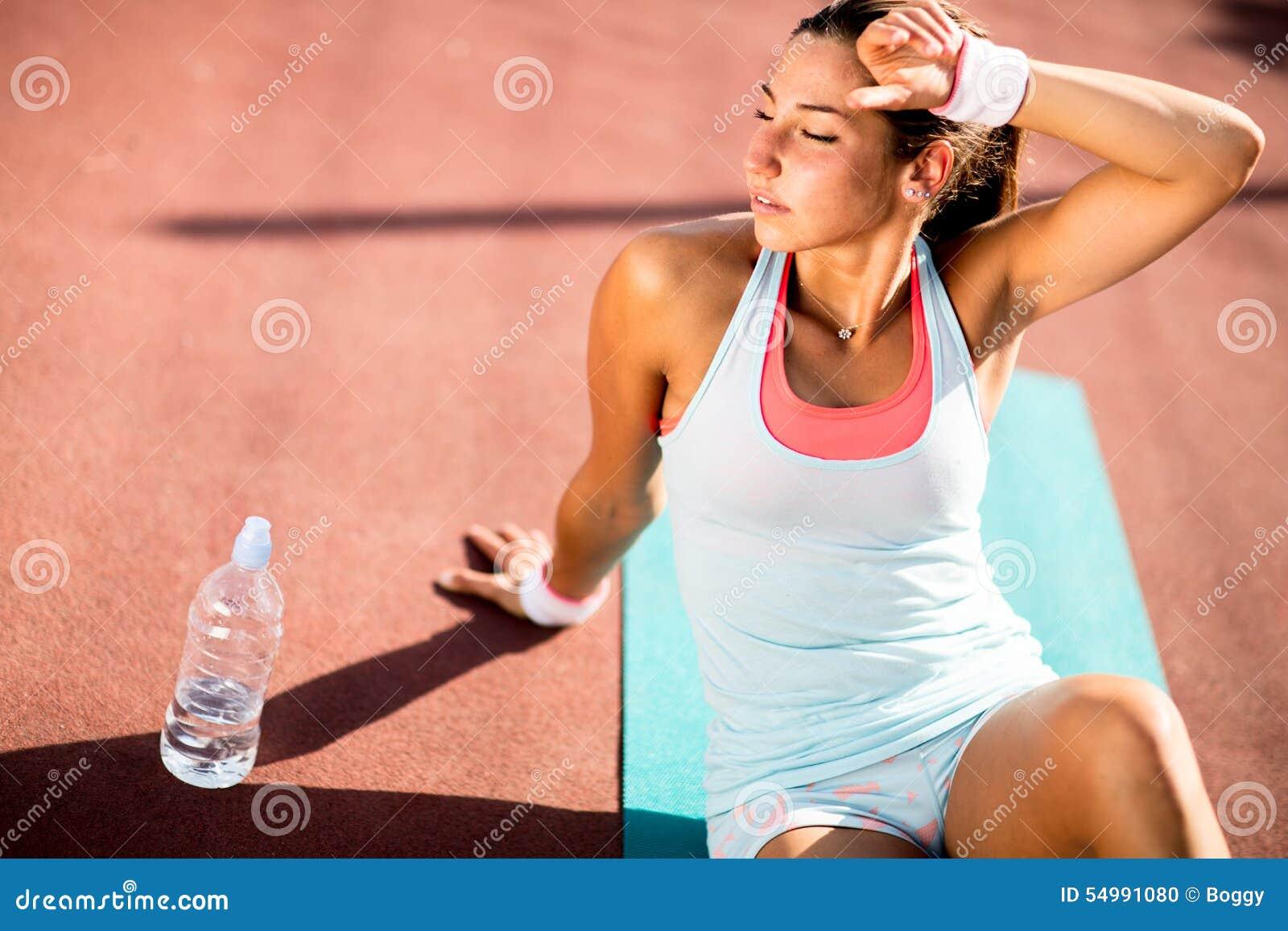 Ung kvinna som tar övning