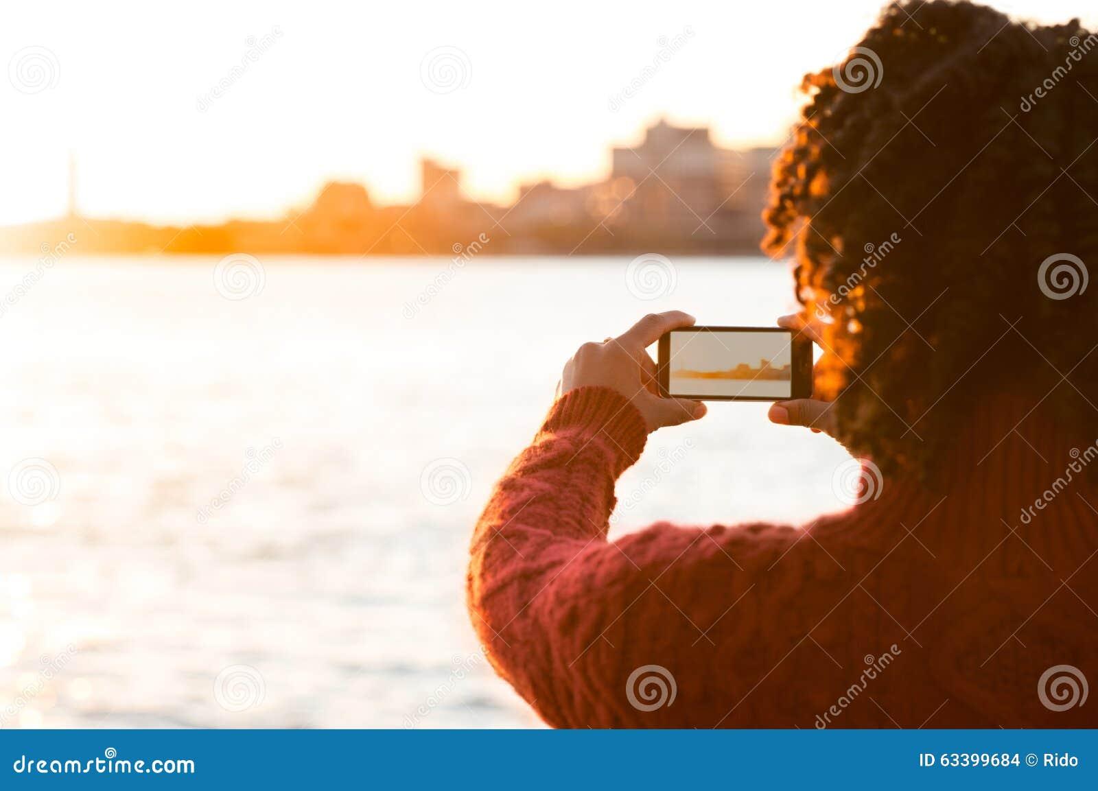 Ung kvinna som tar foto