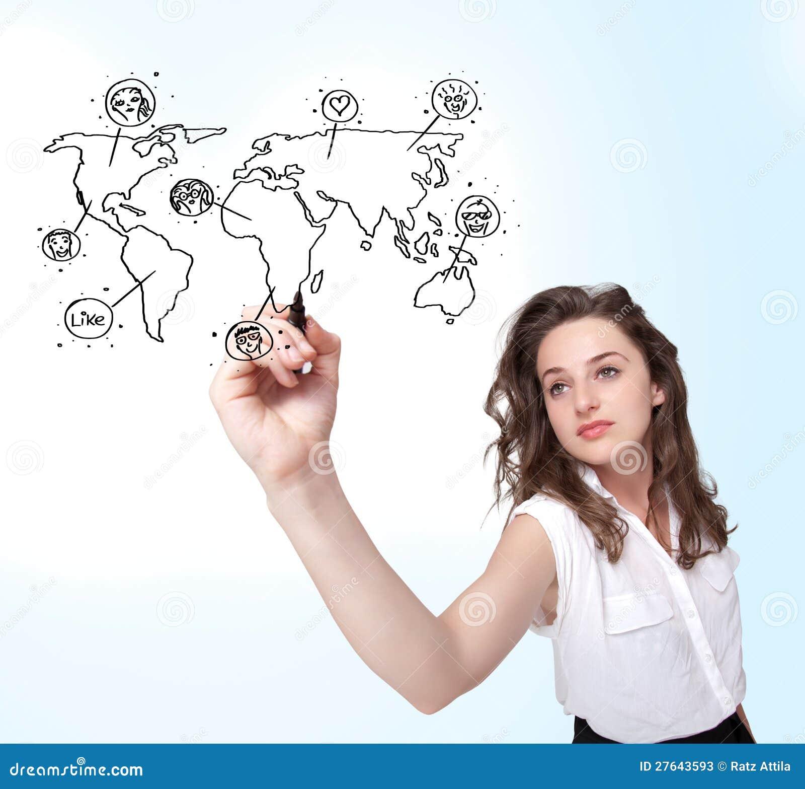 Ung kvinna som tecknar en social översikt på whiteboard