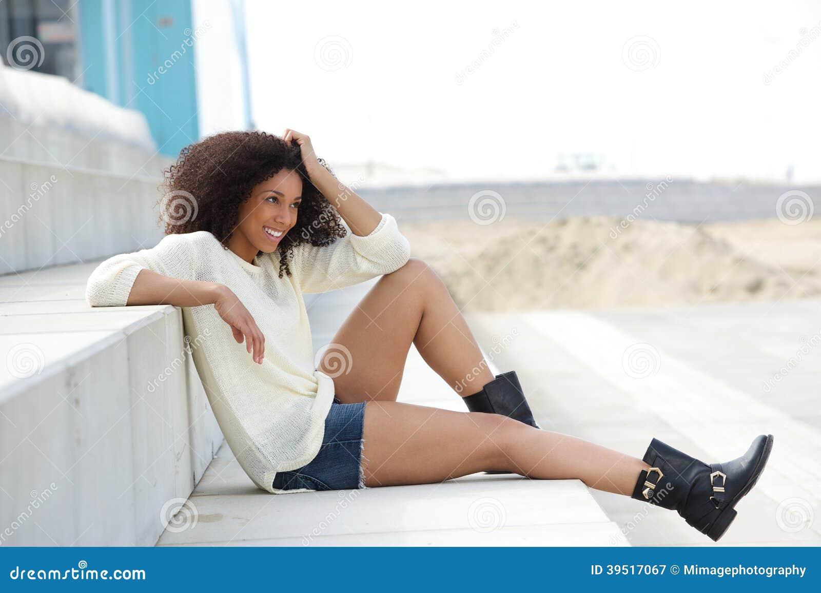 Ung kvinna som tycker om sommar