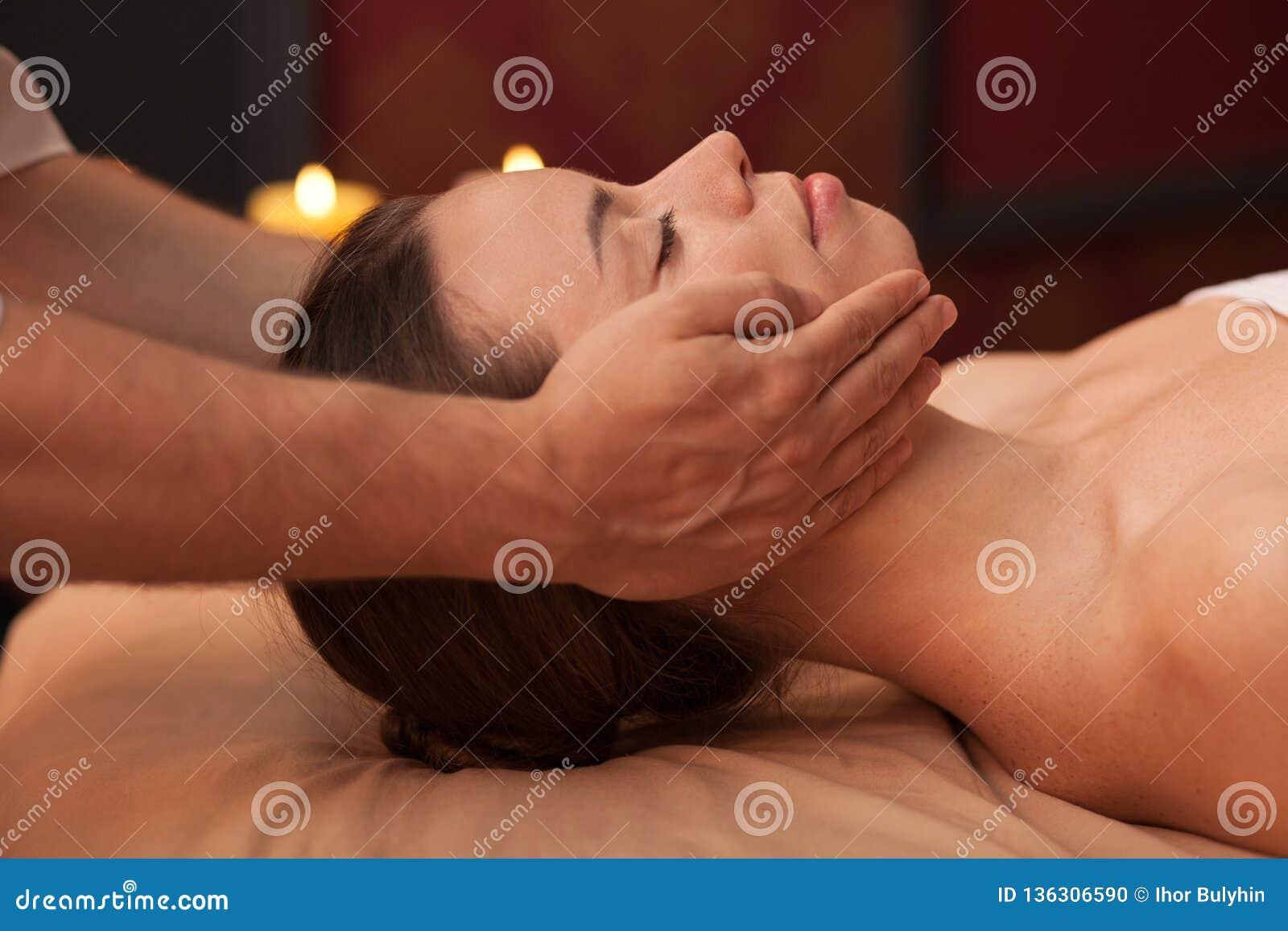 Ung kvinna som tycker om yrkesmässig massage
