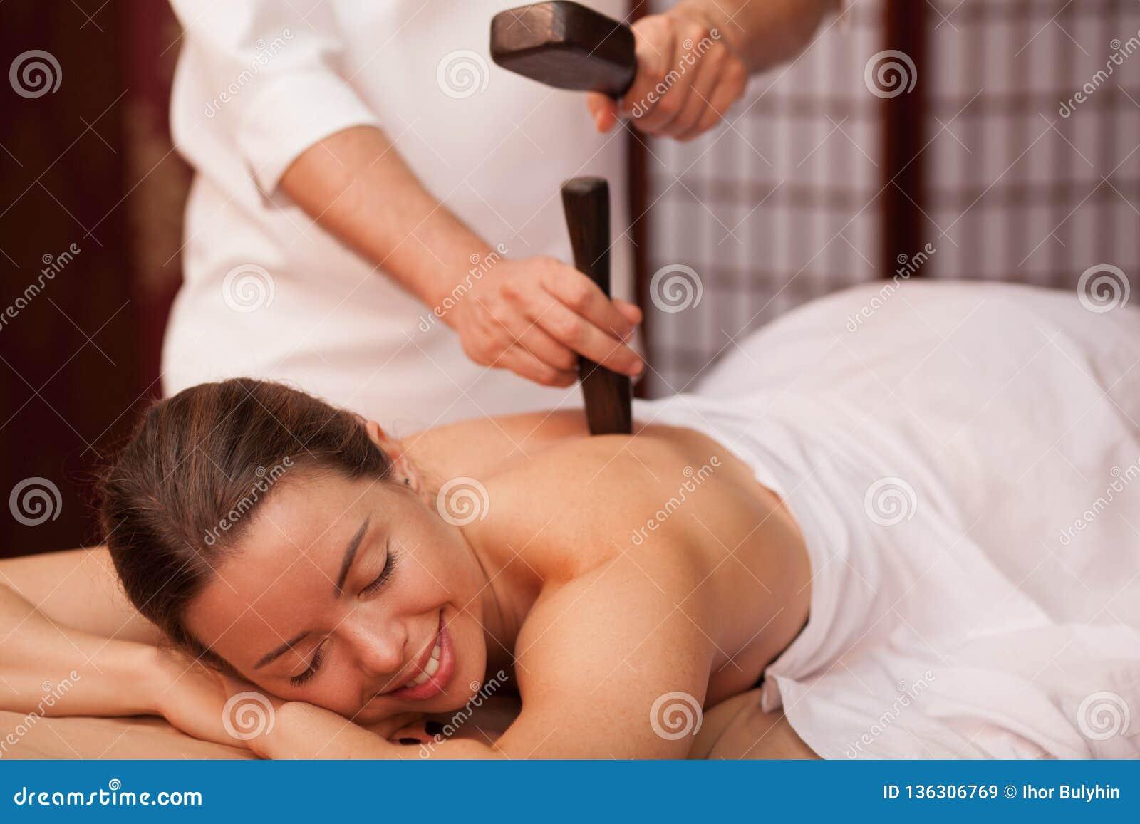 Ung kvinna som tycker om yrkesmässig thai massage