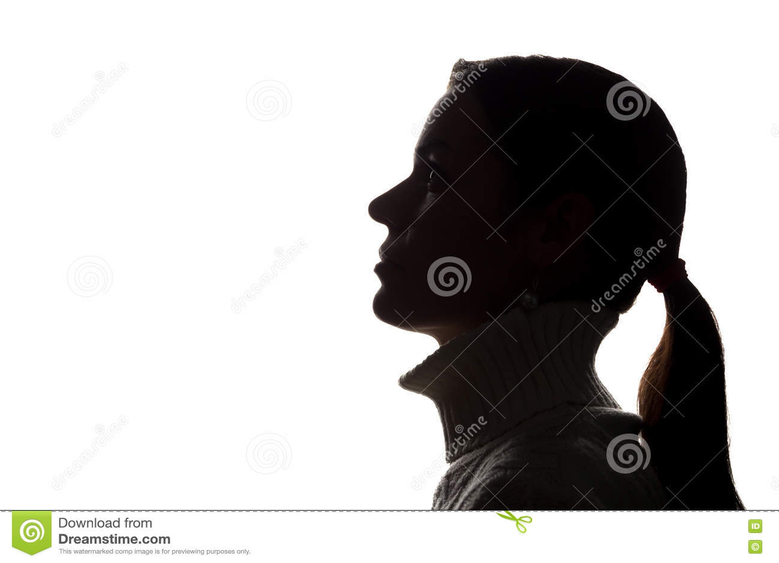 Ung kvinna som upp ser - horisontalkonturn