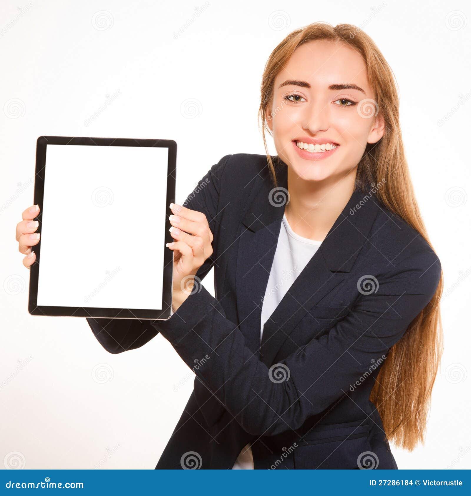 Ung kvinna som visar en tabletPC.