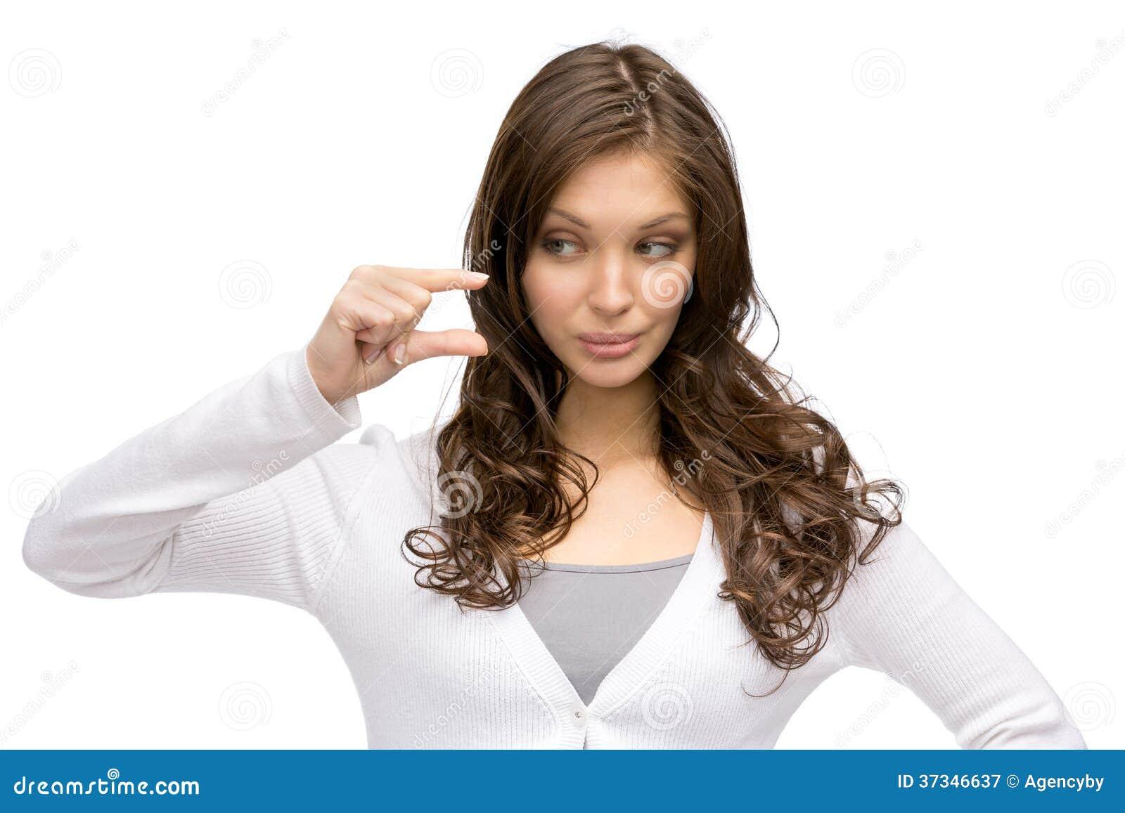 Ung kvinna som visar litet belopp av något