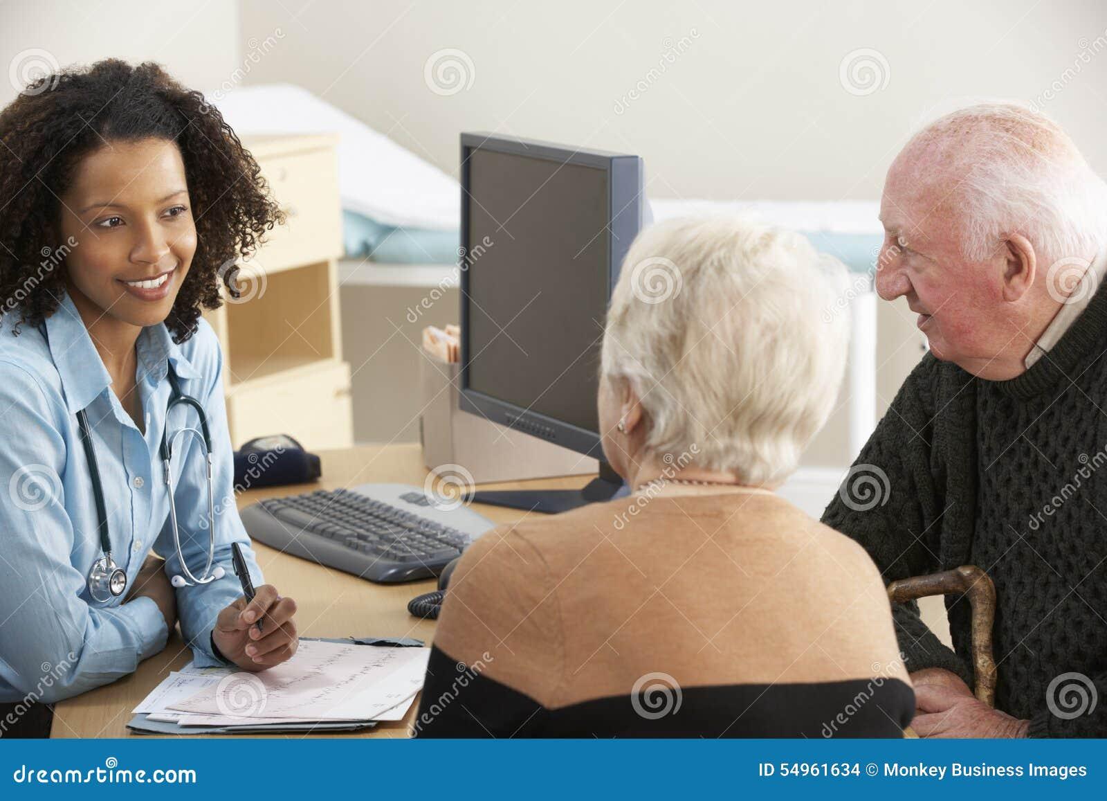 Ung kvinnlig doktor som talar till höga par