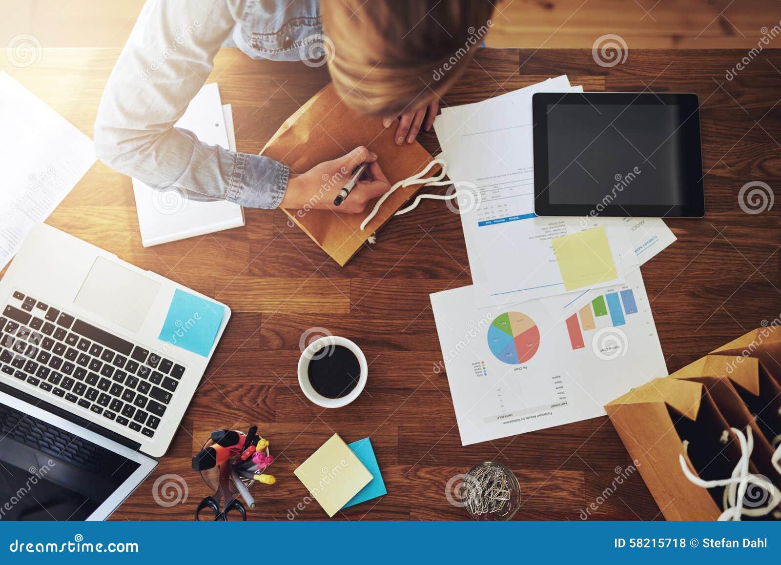 Ung kvinnlig entreprenör som arbetar i en inrikesdepartementet