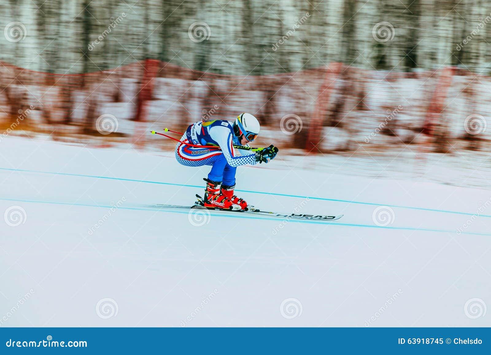Ung kvinnlig idrottsman nen i konkurrens bakgrundssuddighetseffekt under den ryska koppen i alpin skidåkning