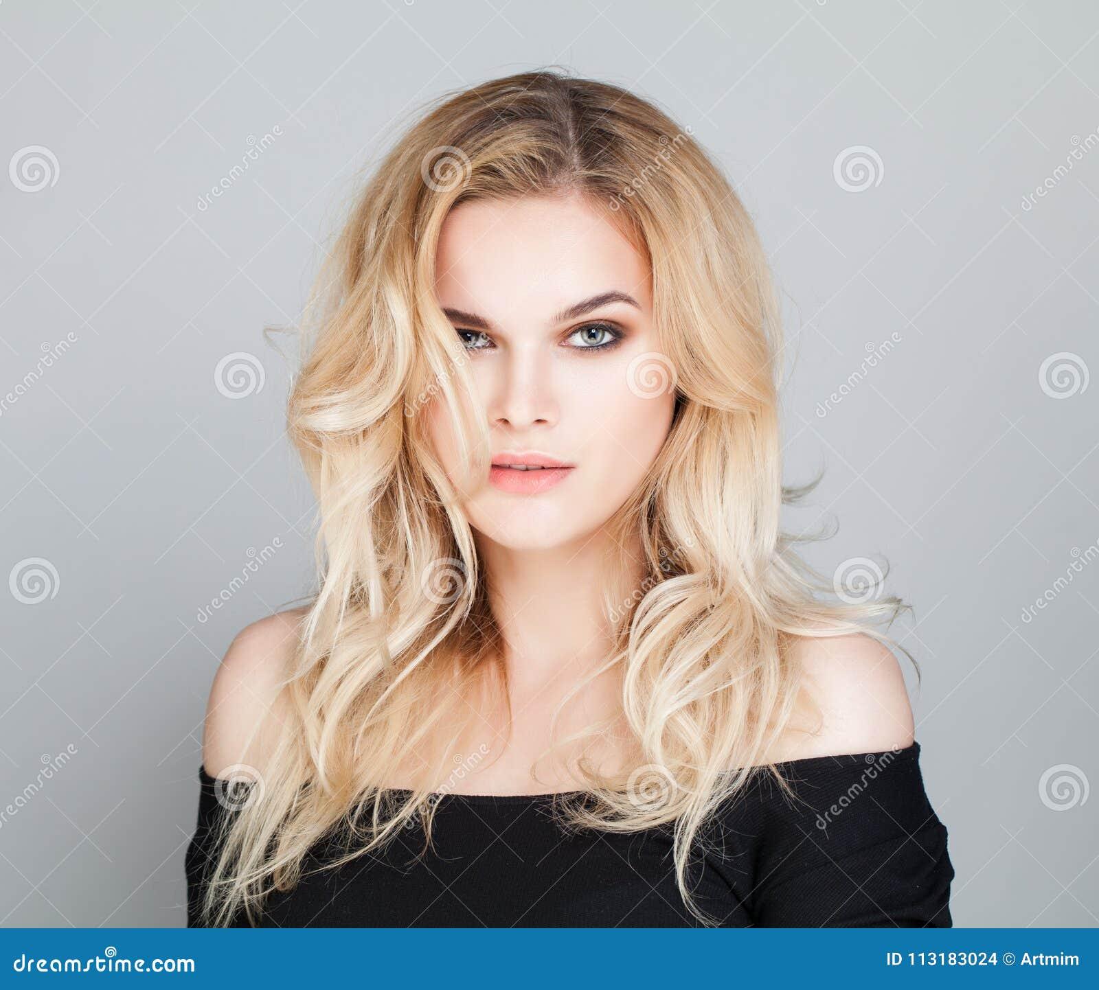 Ung kvinnlig modell Woman med krabbt hår
