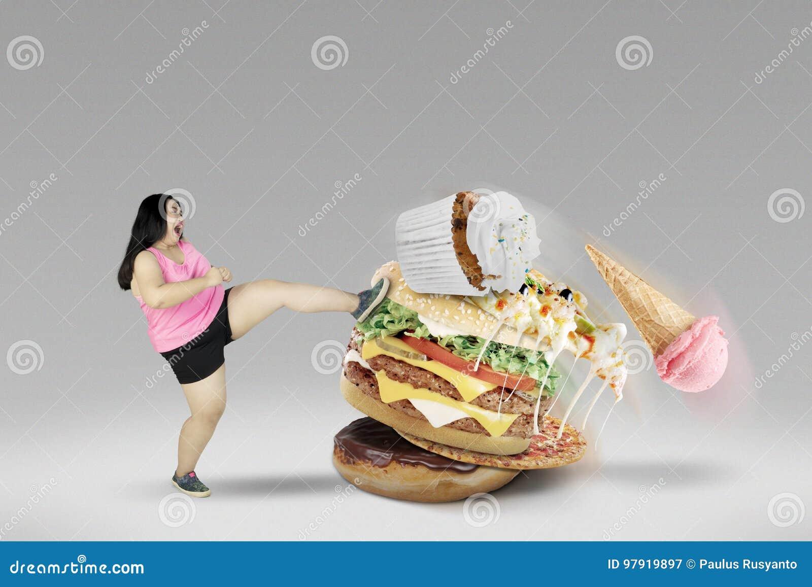 Ung kvinnlig som sparkar sjukliga foods
