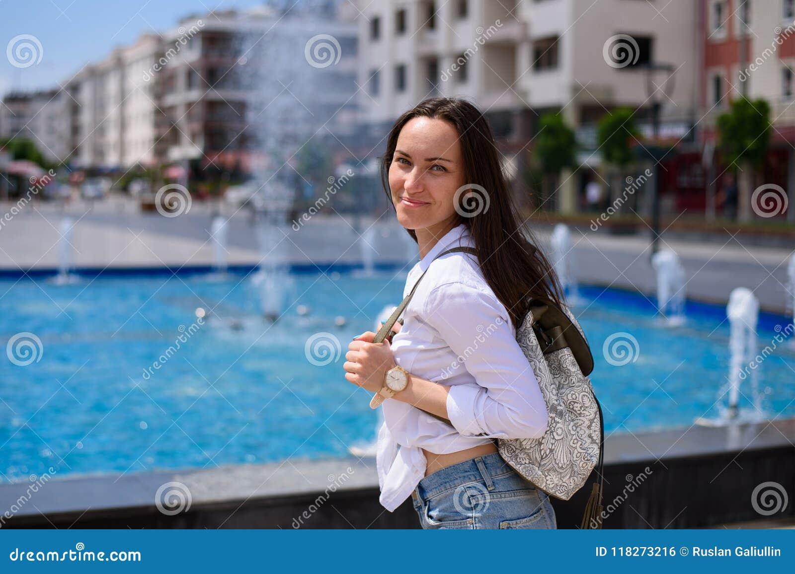 Ung kvinnlig turist som går till och med stadsgatorna av Demre, Turkiet