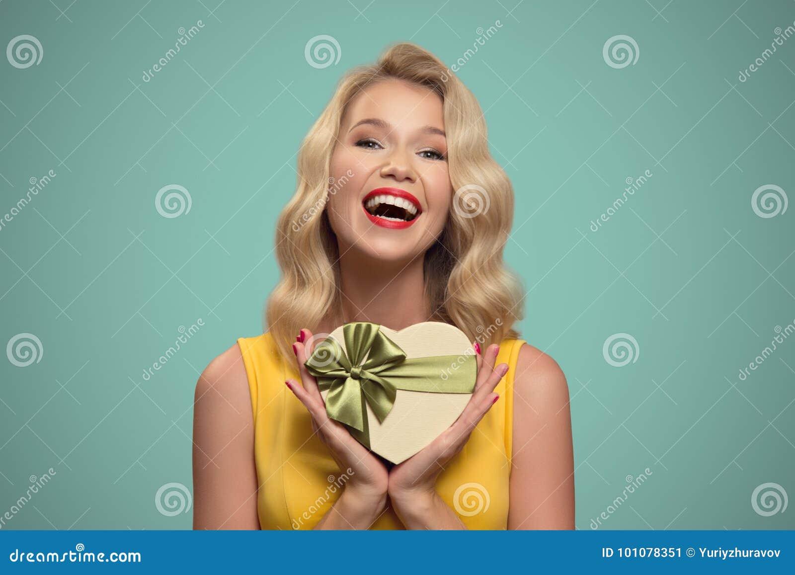 Ung le kvinnaholdinggåva vektor för valentin för pardagillustration älska