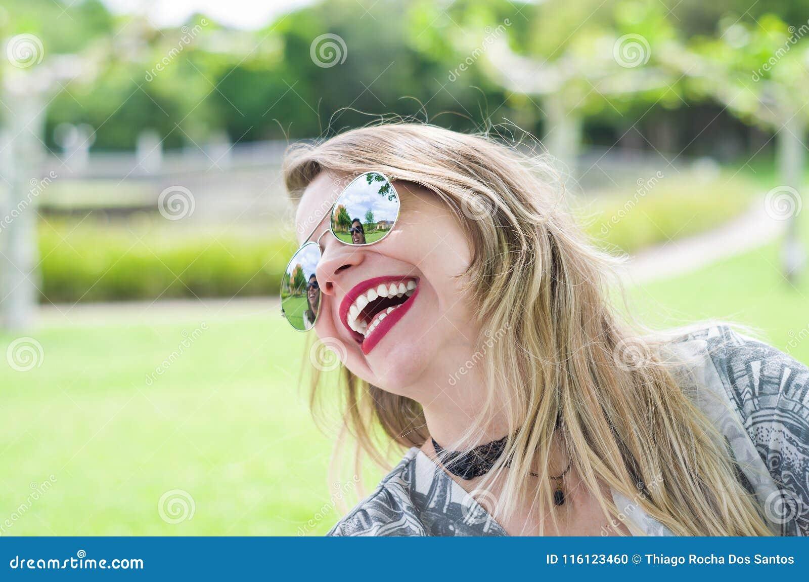 Ung lycklig blond kvinna