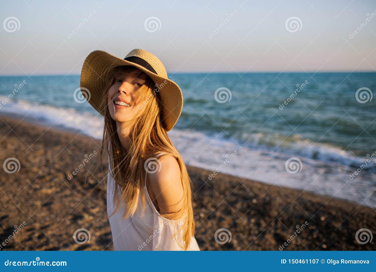 Ung lycklig flicka som kopplar av på stranden