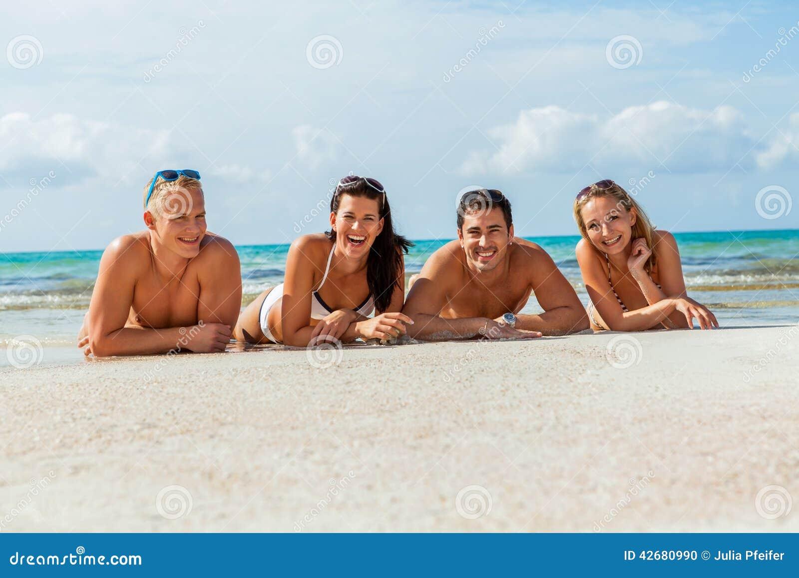 Ung lycklig vänhavingyckel på stranden