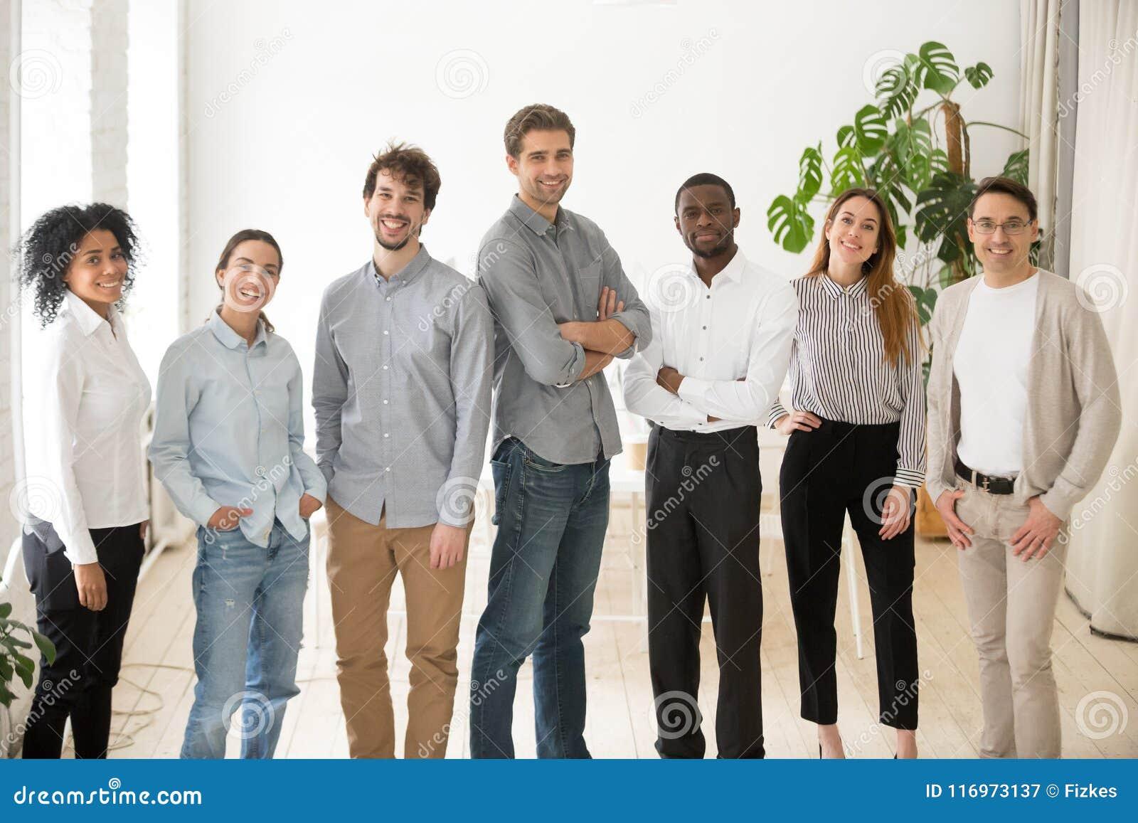 Ung lycklig yrkesmässig olik folkgrupp eller affärslag p