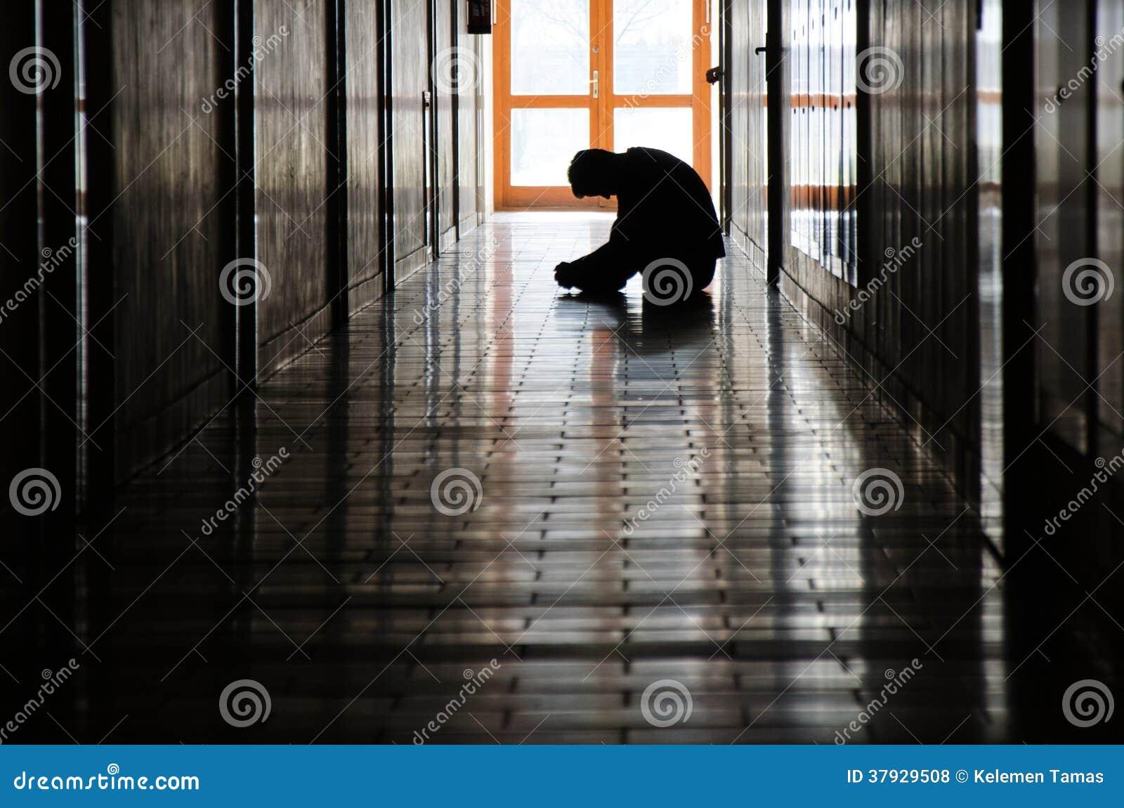 Ung man i korridor