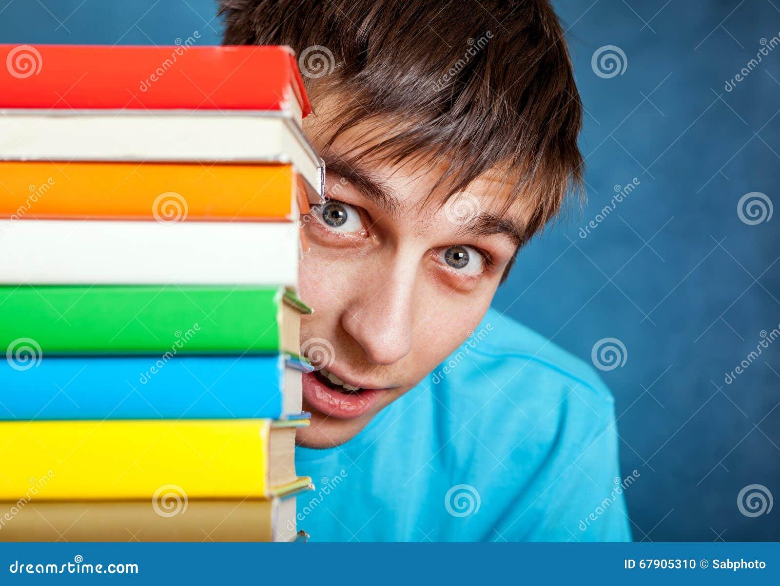 Ung man med böckerna