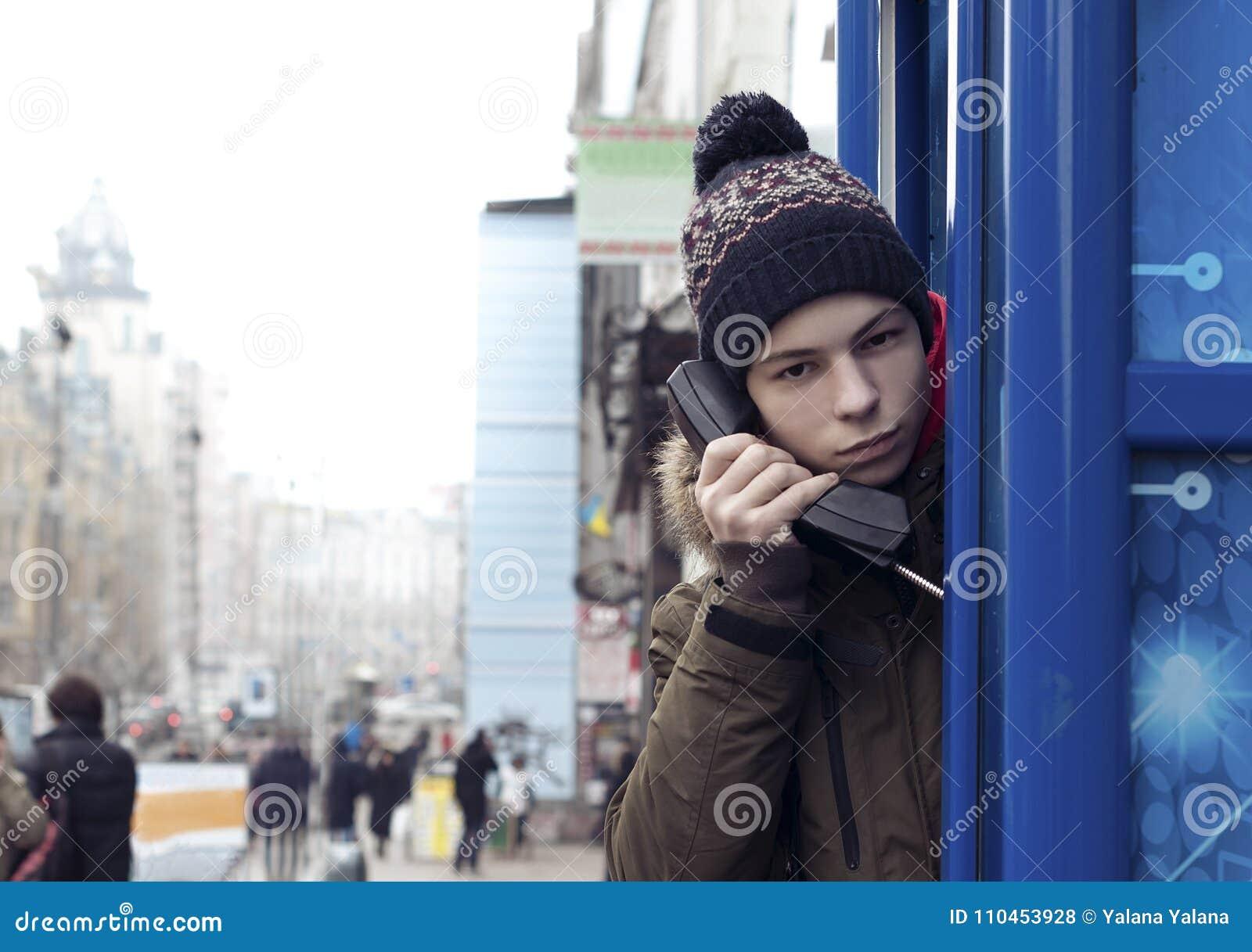 Ung man med en telefonmottagare i hand