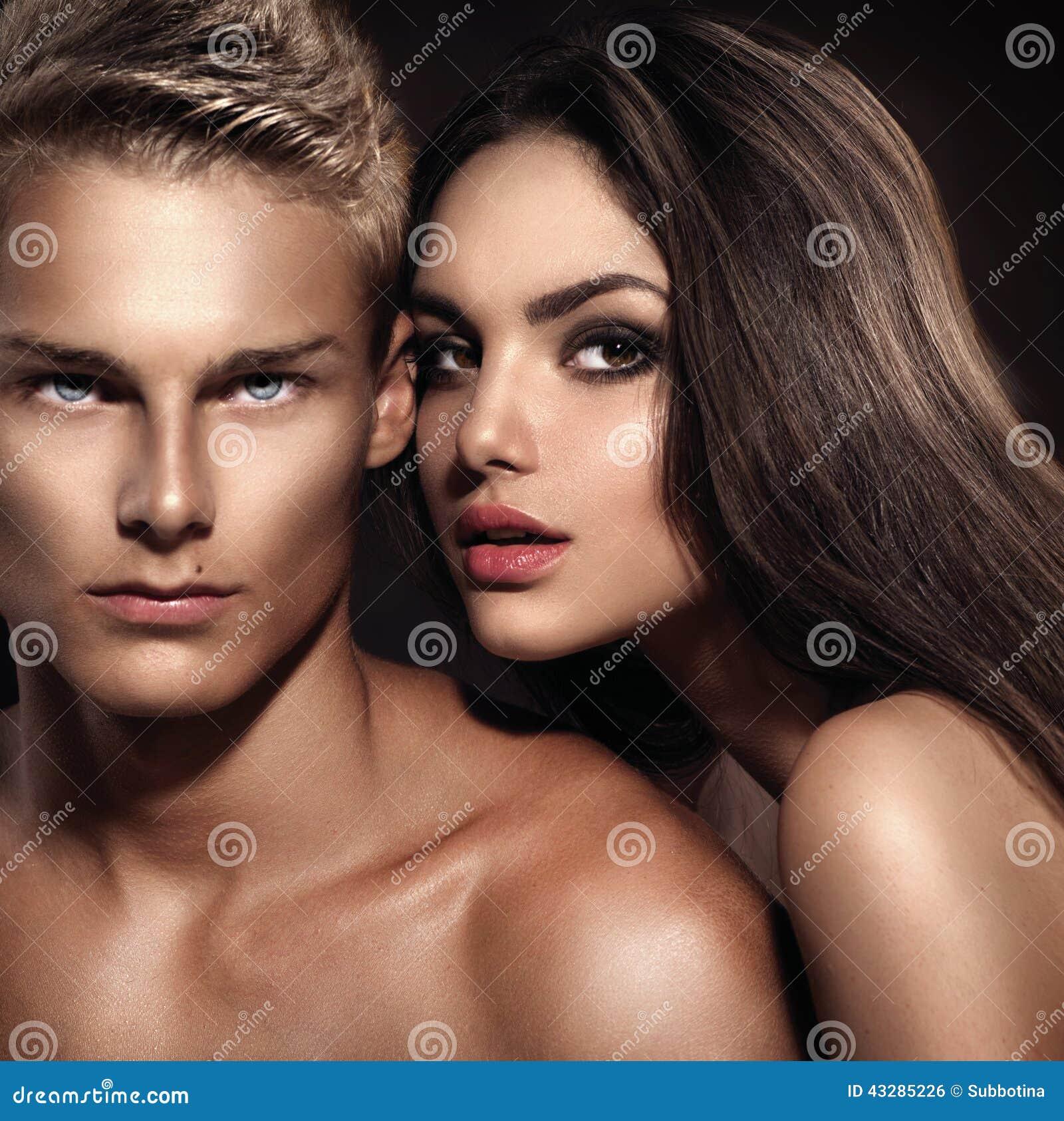 Ung man med hans posera för flickvän