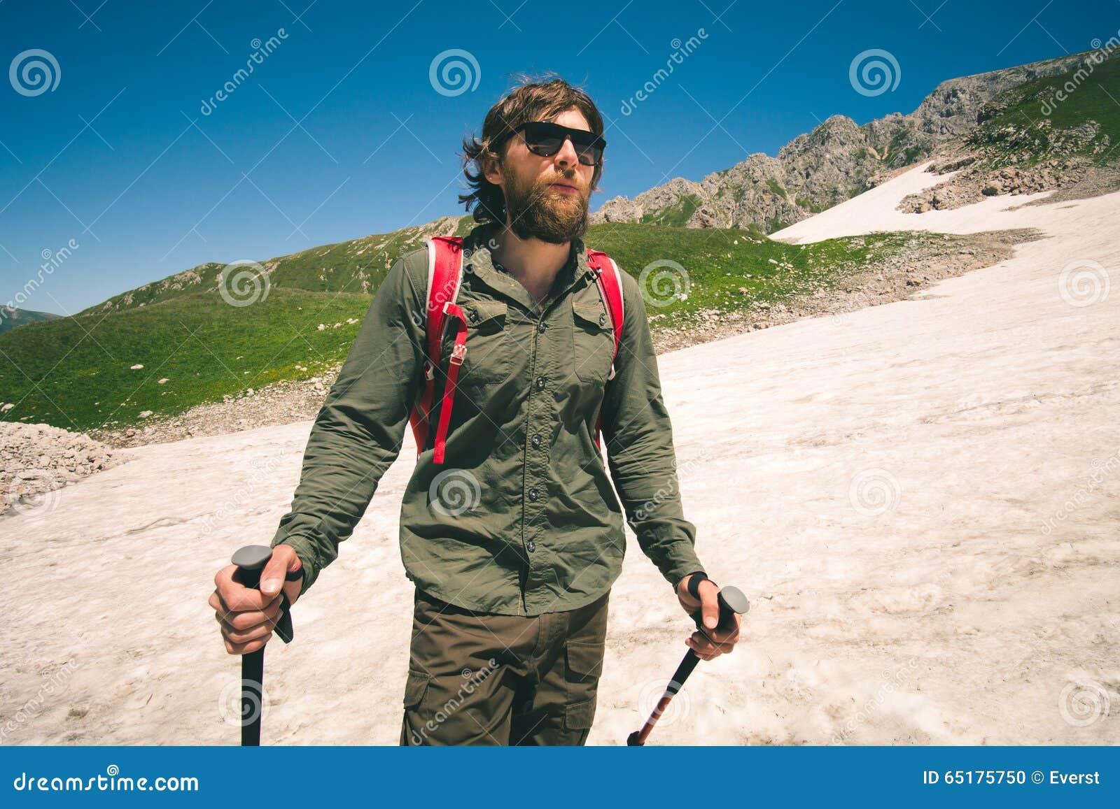Ung man med ryggsäcken som fotvandrar utomhus- lopplivsstilbegrepp