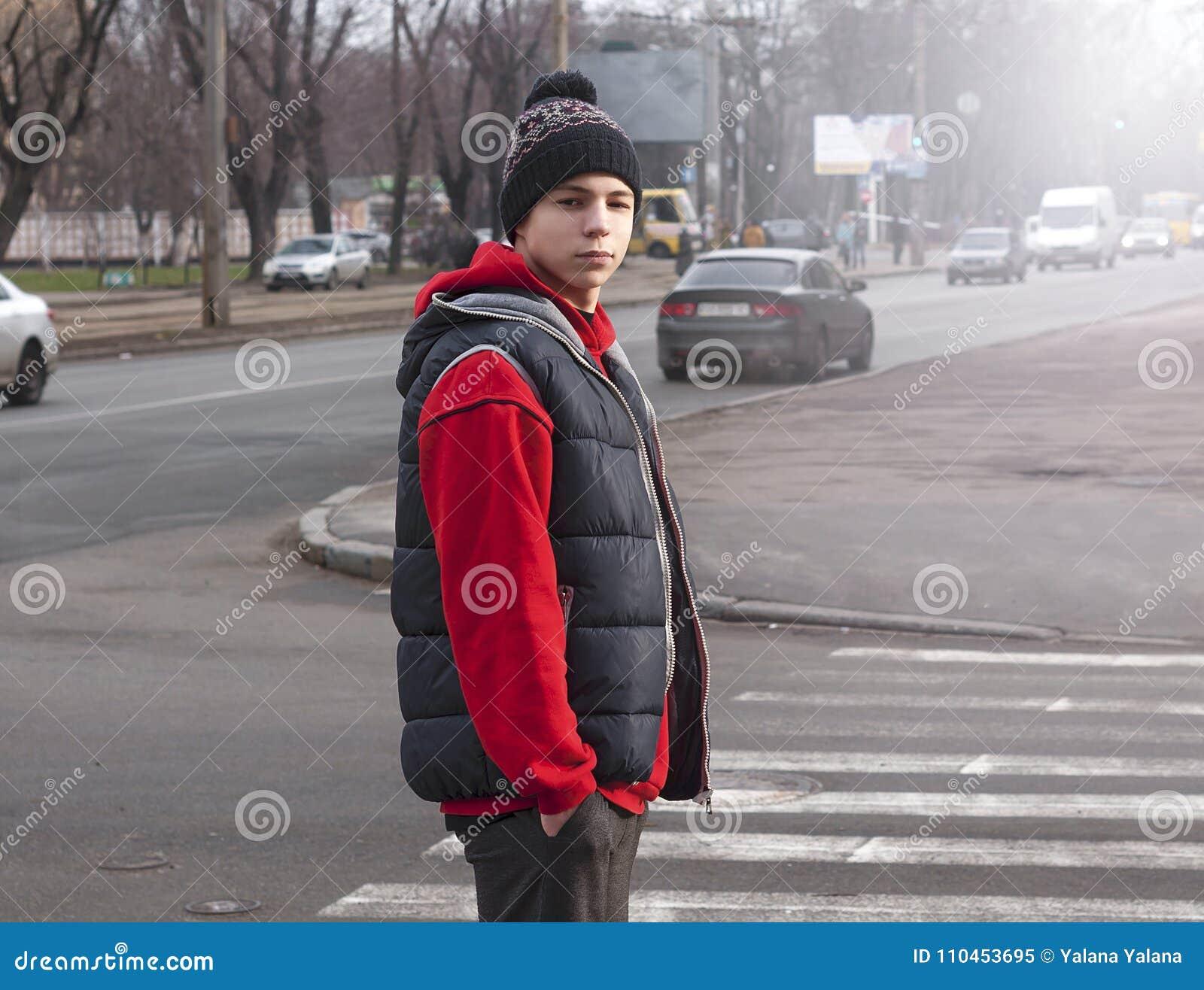 Ung man nära övergångsstället