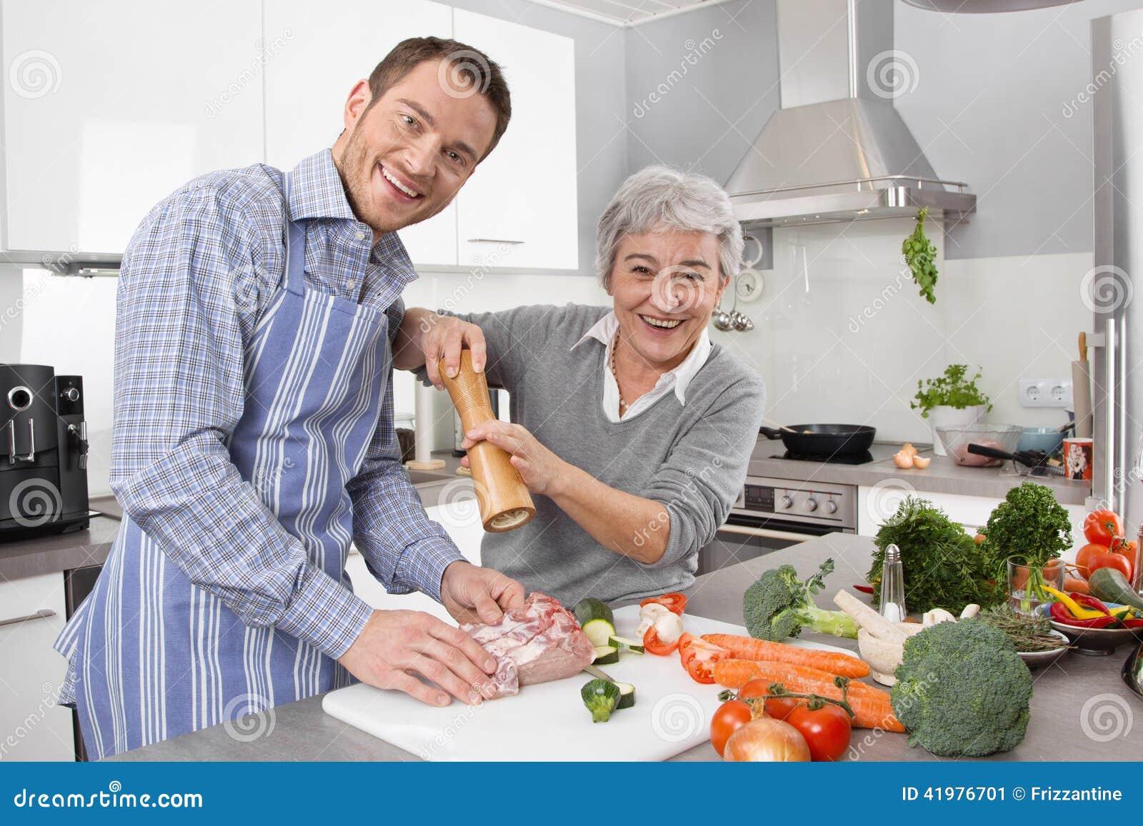 unga män och äldre kvinnor