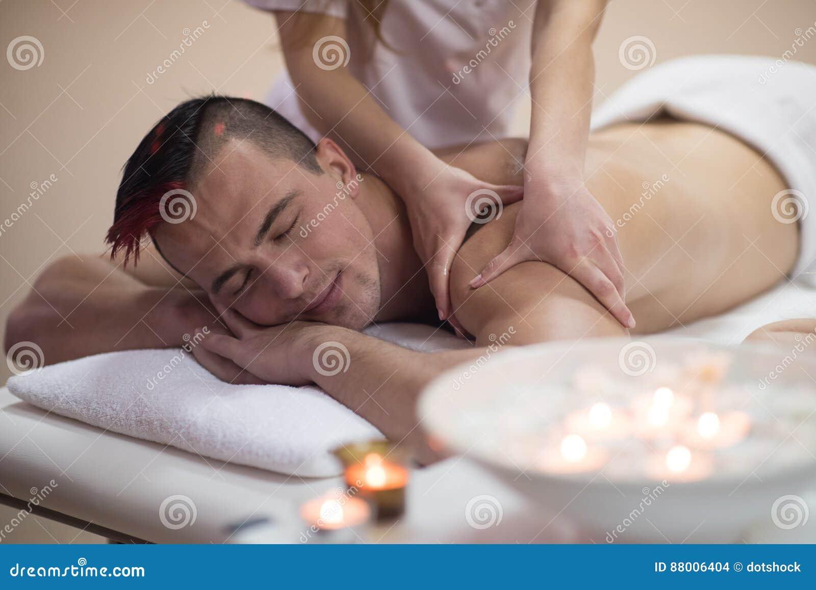 Ung man som har en tillbaka massage