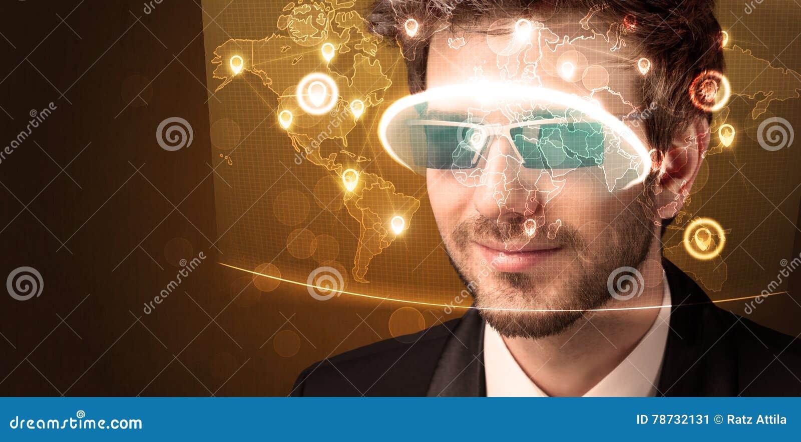 Ung man som ser den futuristiska sociala nätverksöversikten