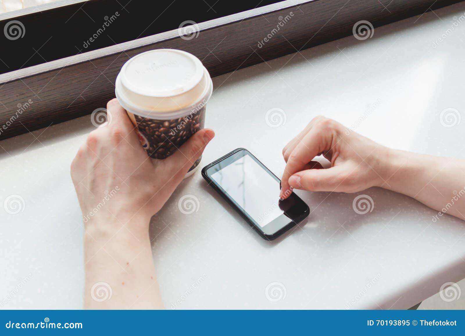 Ung man som tar ett kaffeavbrott på kafét