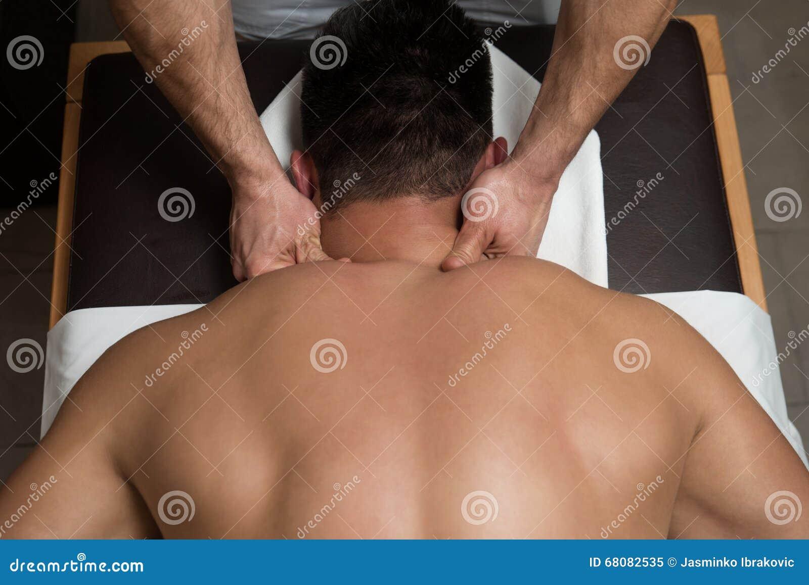 Ung man som tycker om en massage