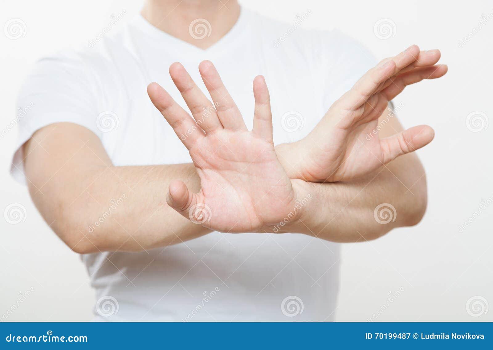 Ung man som visar att förbjuda av en gest
