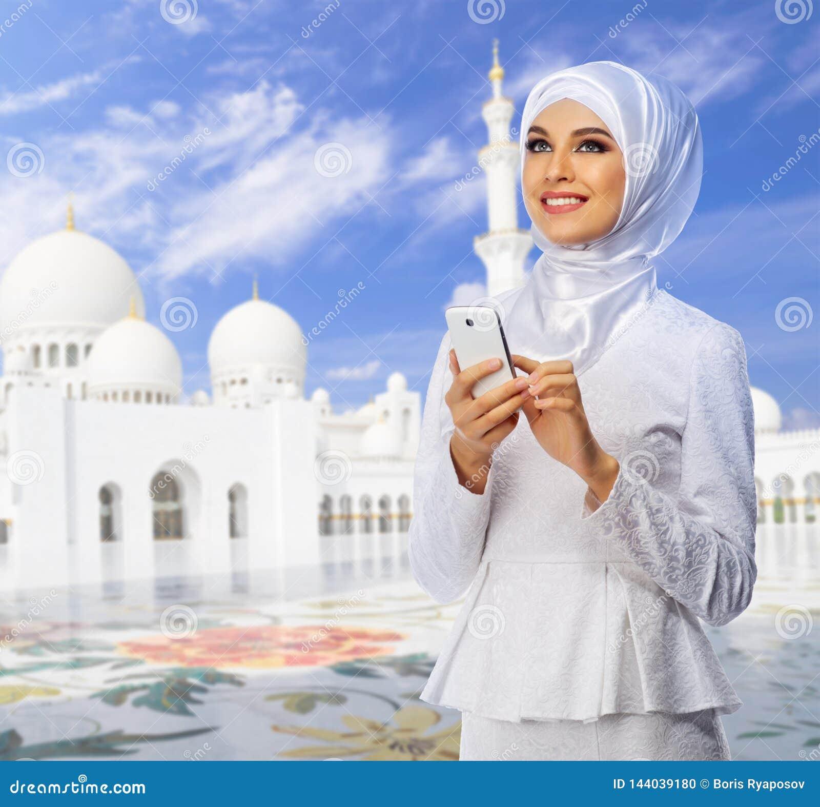 Ung muslim kvinna på moské