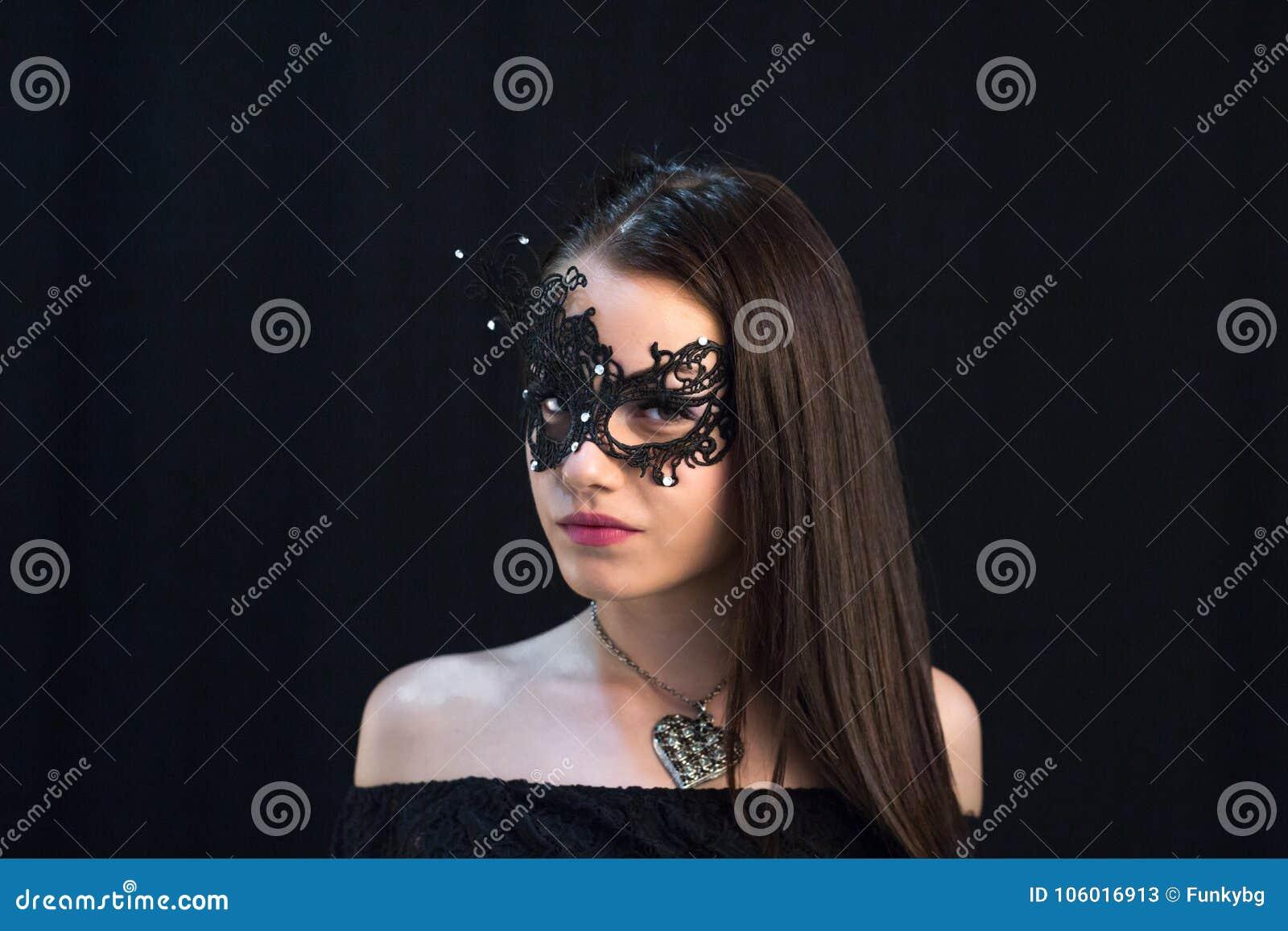 Ung mystikerkvinna som poserar i maskering
