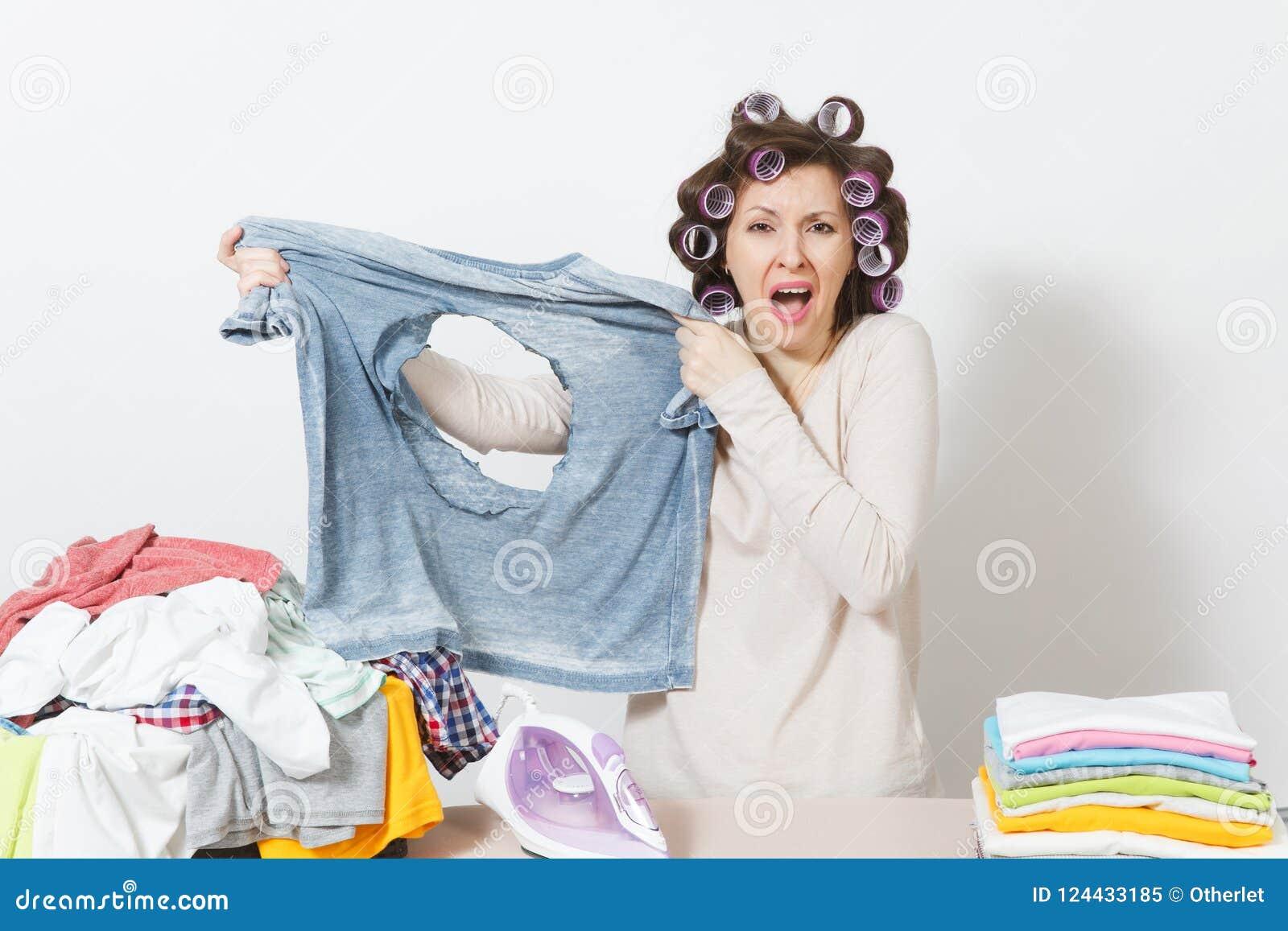 Ung nätt hemmafru Kvinna på vitbakgrund Hushållningbegrepp Kopieringsutrymme för annonsering