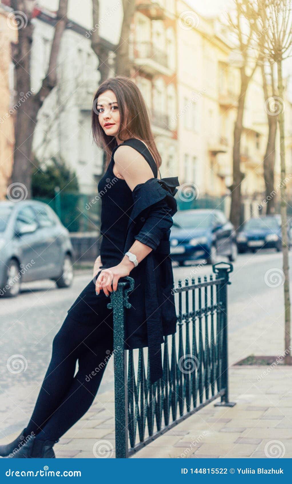 Ung nätt kvinna på gatan Klassisk kläder utformar, den naturliga blicken