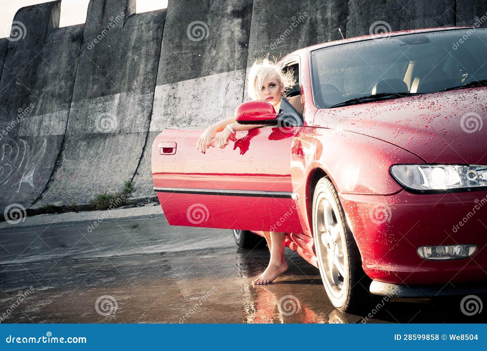 Ung nätt kvinna som får ut ur sportbilen