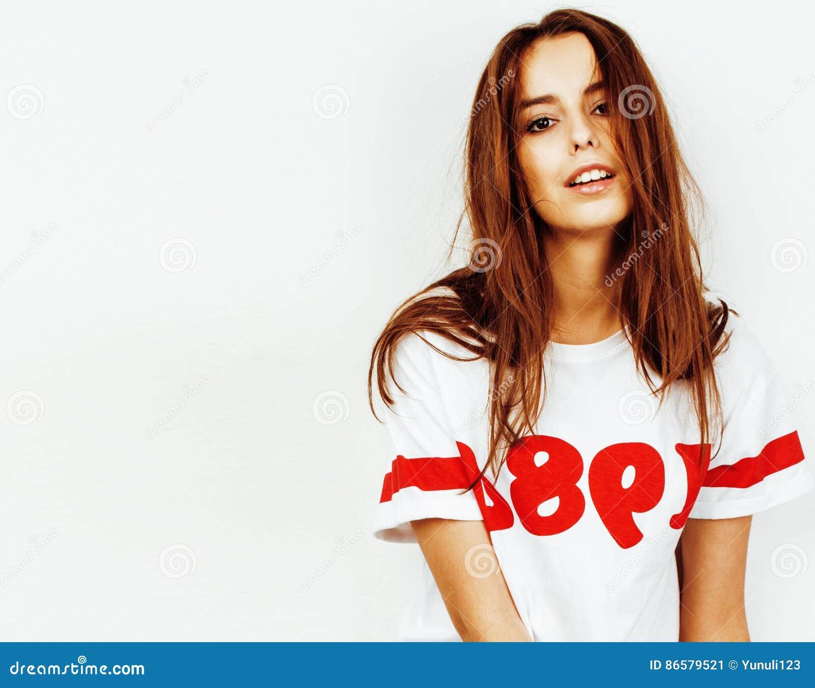 Ung nätt tonårs- hipsterflicka som poserar emotionellt lyckligt le på vit bakgrund, livsstilfolkbegrepp