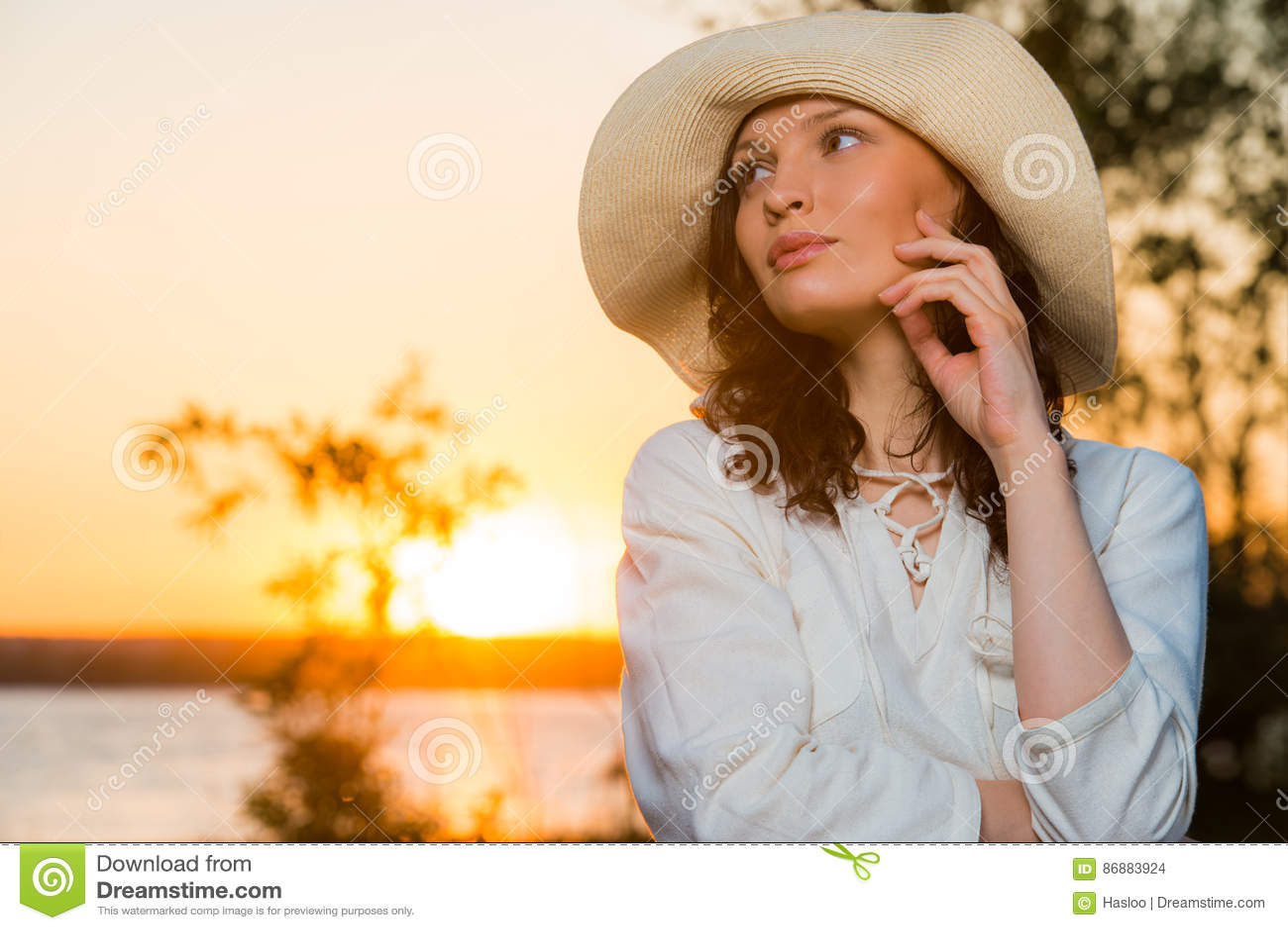 Ung och härlig kvinna som bär en hatt I