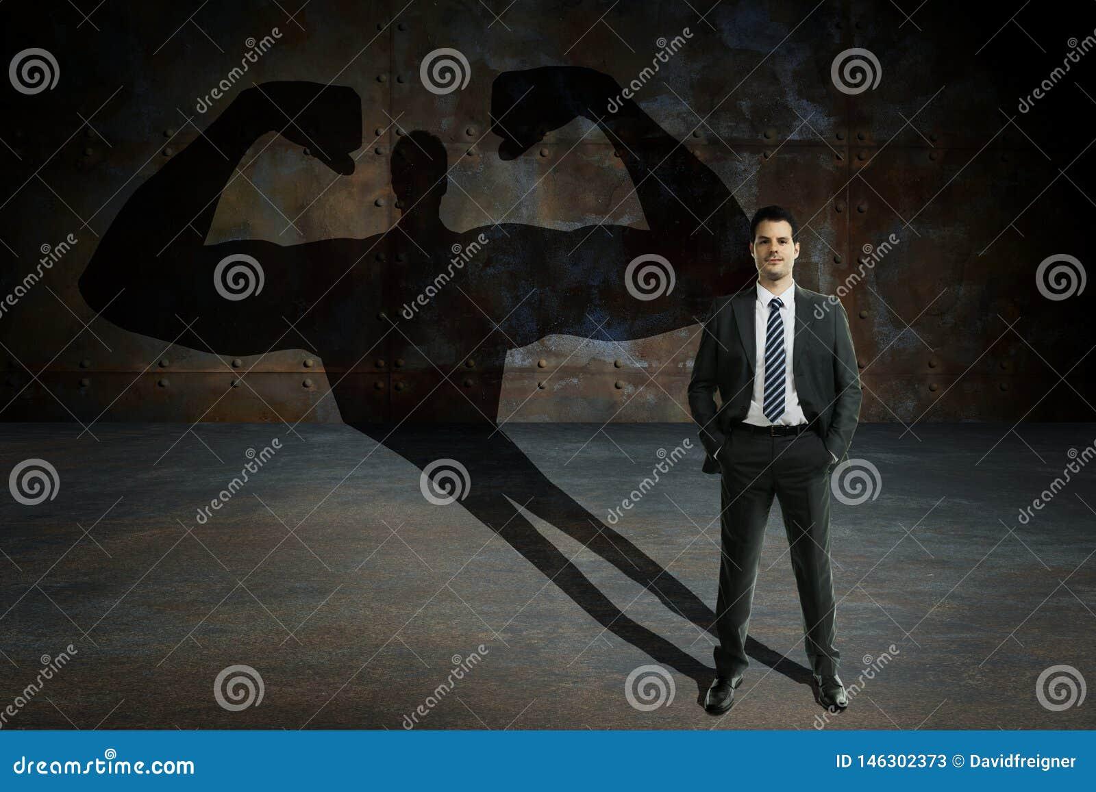 Ung och stilig affärsman med hemlig överhet Affärsmotivation och succesbegrepp