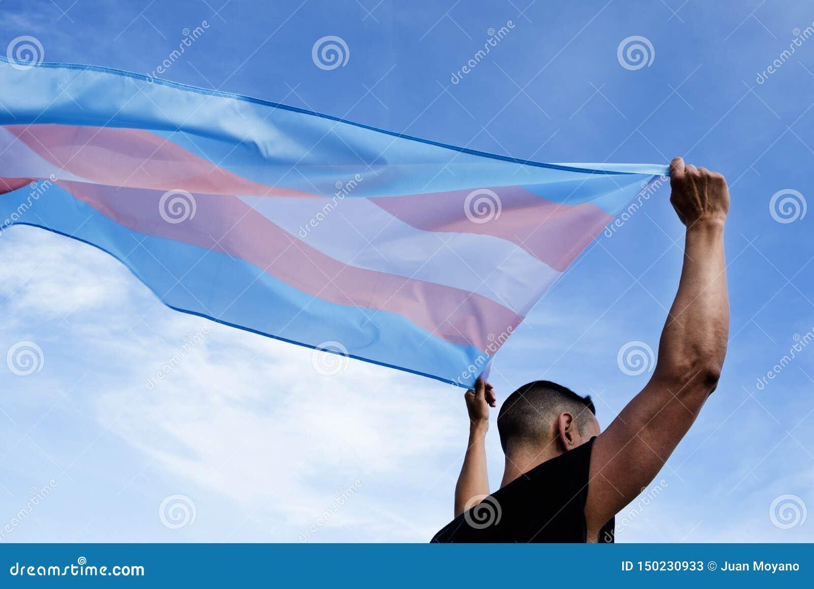 Ung person med en transgenderstolthetflagga