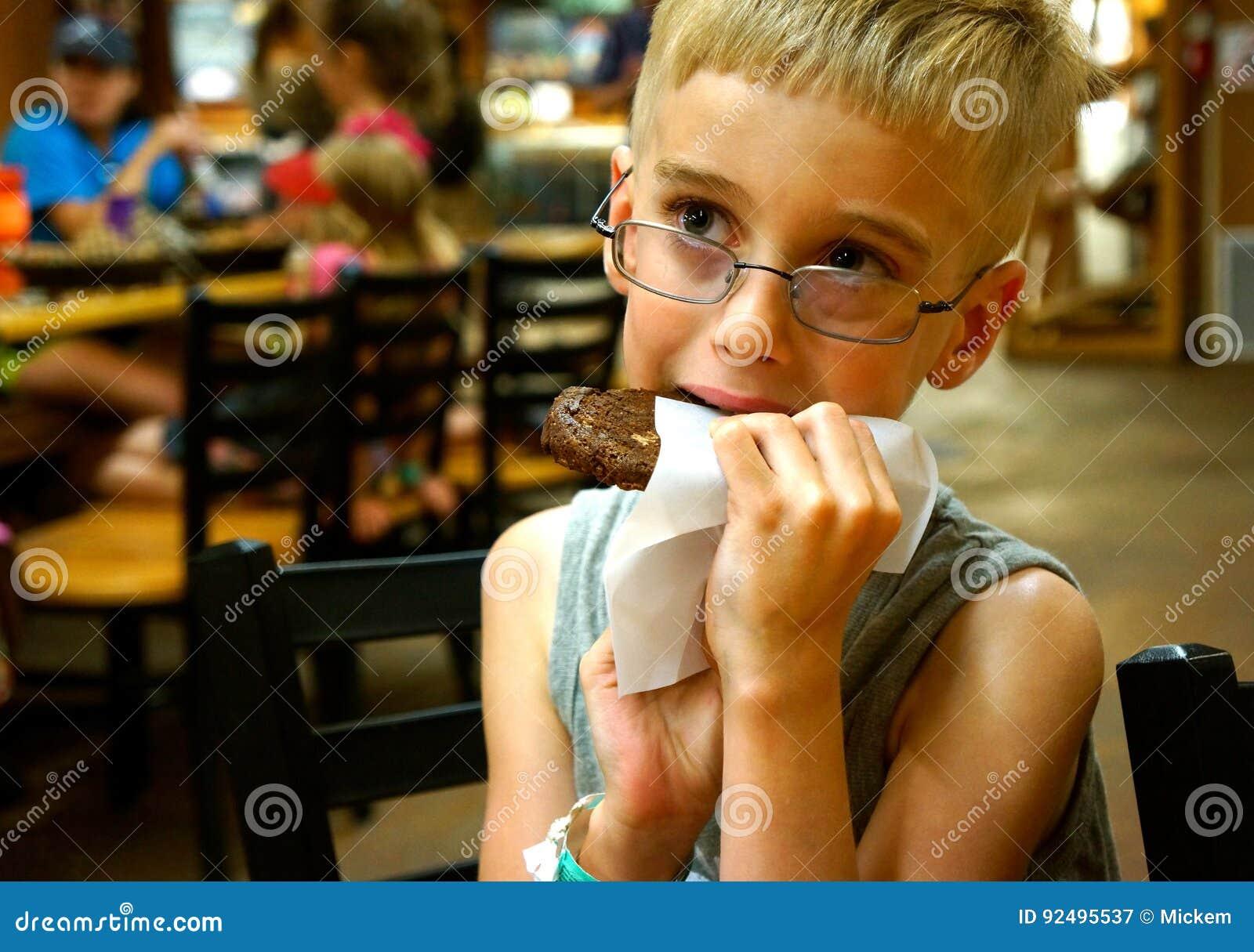 Ung pojke som äter kakan