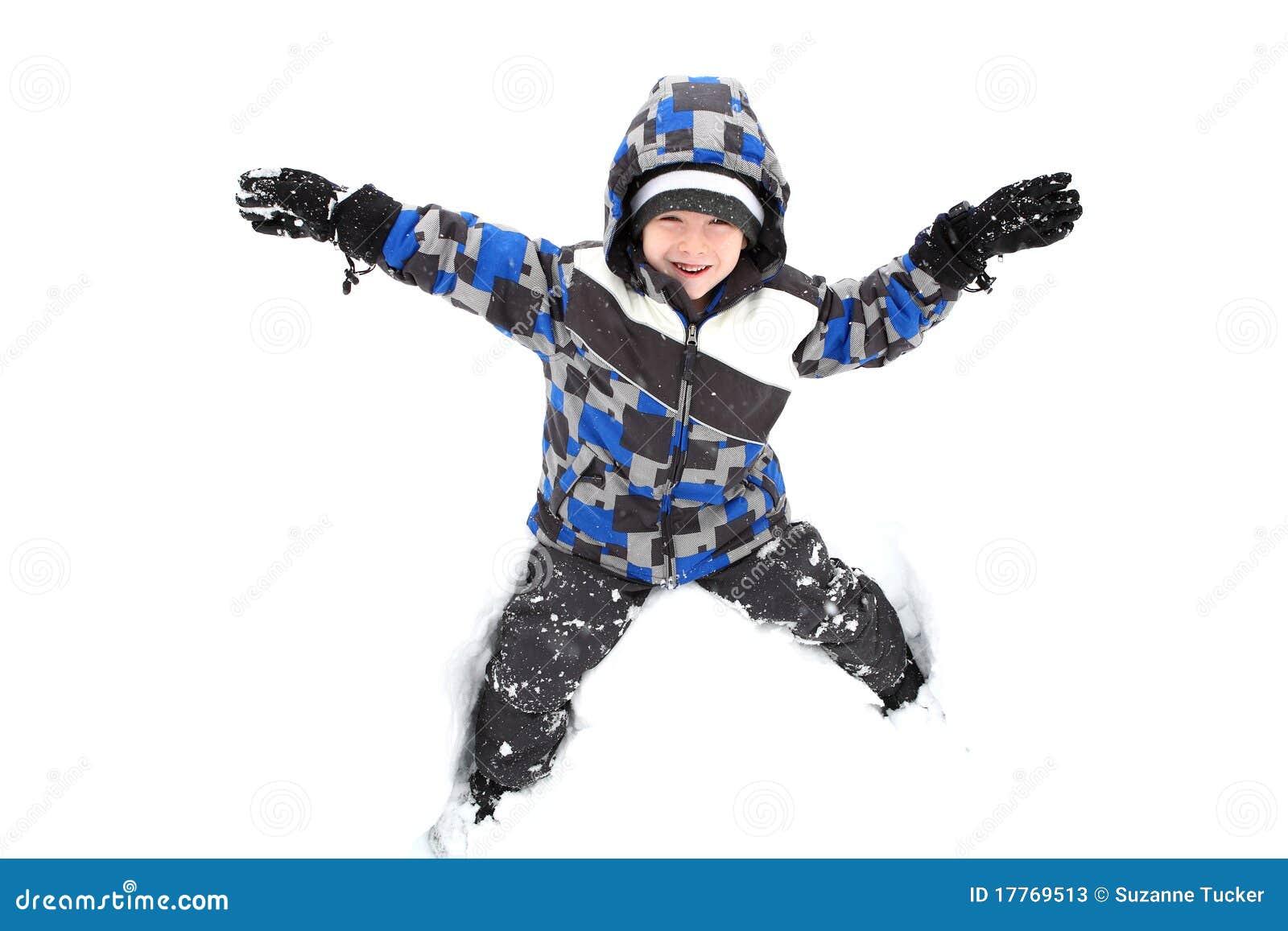 Ung pojke som leker i snowen