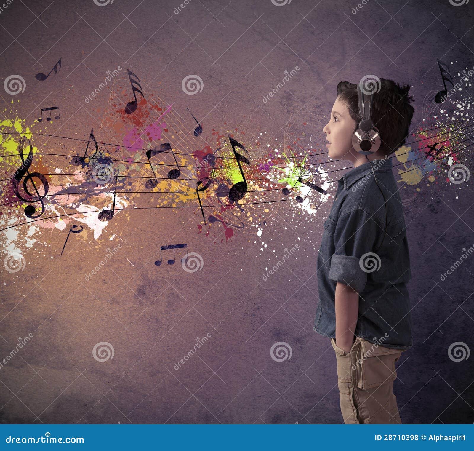 Ung pojke som lyssnar till musik