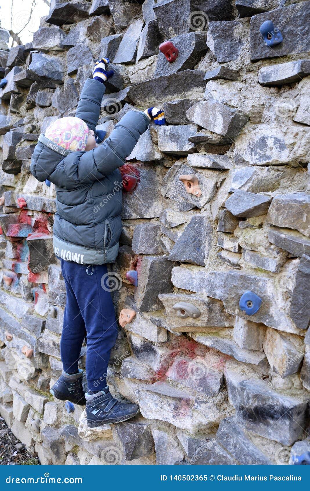 Ung pojke som upp klättrar väggen