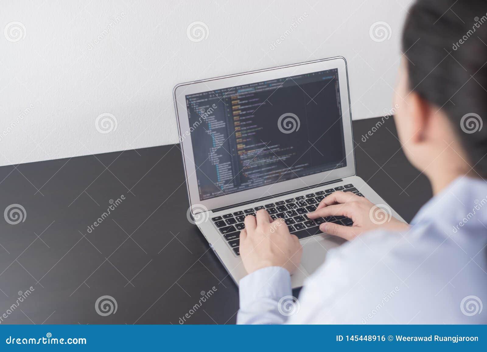 Ung programmerare för affärskvinna som arbetar på kontoret kvinnahänder som kodifierar och programmerar på skärmbärbara da