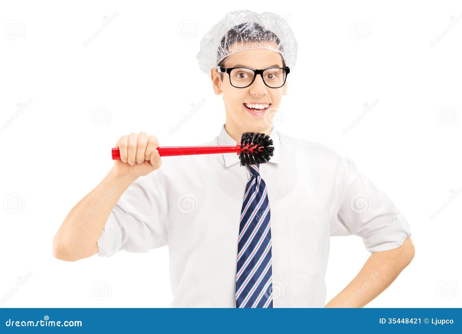 Ung rolig man som omkring rymmer en toalettborste för att göra ren hans tänder